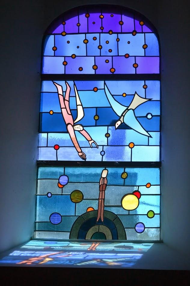 Vitráž v kostole Waha. Autor Folon